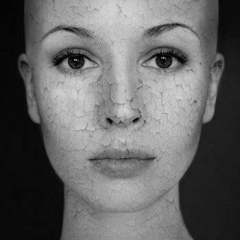 a bőr viszket és vörös foltok jelennek meg az arcon